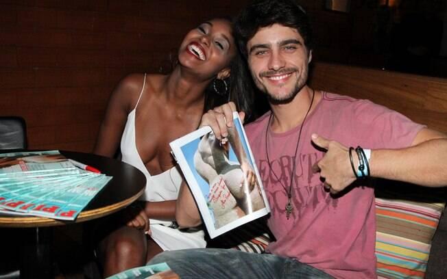 Guilherme Leicam exibiu o autógrafo para os fotógrafos