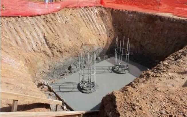 Umas das fundações para as novas  arquibancadas é colocada