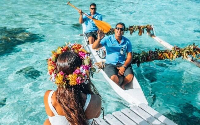 No Tahiti,  é possível receber o café da manhã em uma canoa que vai até a hospedagem do turista