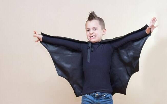 Uma capa preta recortada se transforma facilmente num traje de morcego