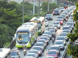Cheio. Usuários reclamam de ônibus lotados e da falta de agilidade quando circulam em pistas mistas