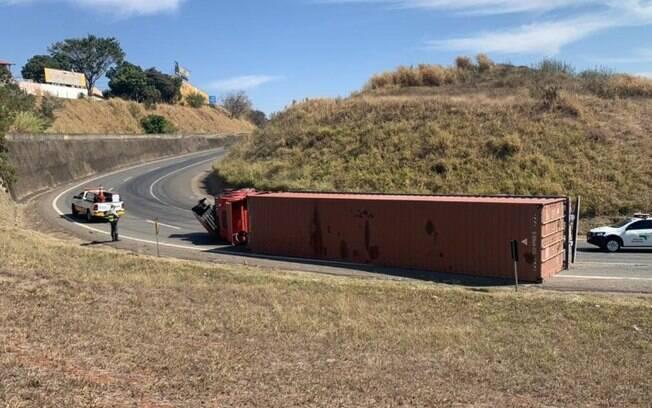 Caminhão tomba e interdita alça de acesso à Rodovia Campinas-Mogi