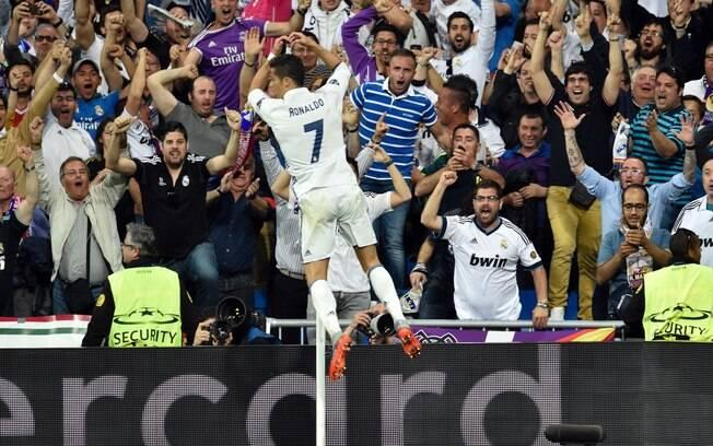 Cristiano Ronaldo faz sua comemoração tradicional para comemorar um dos três gols que fez no Santiago Bernabéu