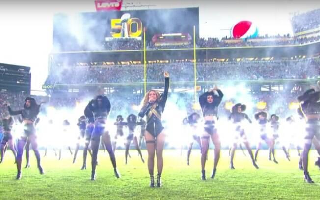 Inspirada no figurino de MIchael Jackson, Beyoncé deixou seu recado no Super Bowl de 2016