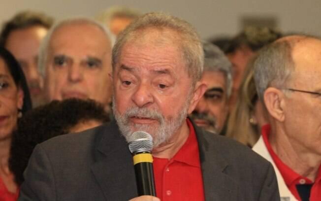 Lula se emociona ao lembrar das mais recentes ações da força-tarefa da Operação Lava Jato contra ele, nesta quinta-feira