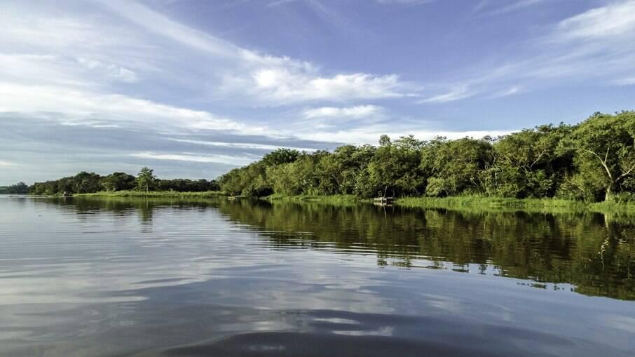 Itaipu está localizado na fronteira entre Brasil e Paraguai e tem a maior usina hidrelétrica do mundo