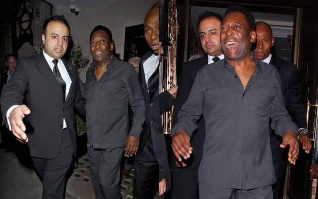 Pelé deixando o restaurante Nobu em Londres