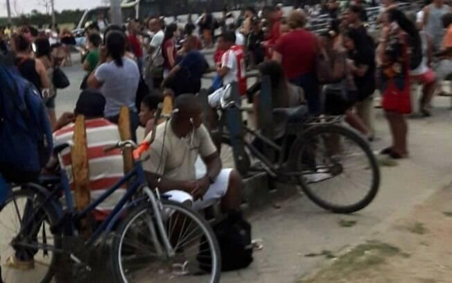 Passageiros aguardam abertura da estação Mato Alto