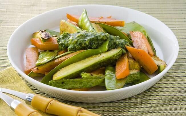Foto da receita Legumes grelhados com pesto de salsinha pronta.