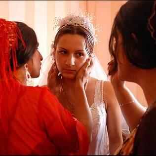 Casamento cigano na Romênia: mulheres da família preparam a noiva