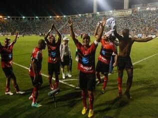 Jogadores do Ituano comemoram vitória inesperada diante do Santos, no Pacaembu