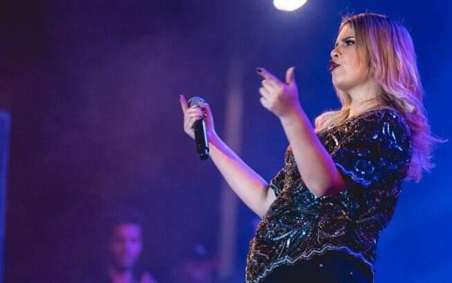 Marília Mendonça não se abala diante de seus desastrosos relacionamentos, absorvendo a experiência e tornando música