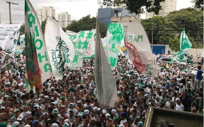 Torcedores do Palmeiras foram ao Centro de Treinamento do clube nesta sexta-feira (21) para apoiar jogadores