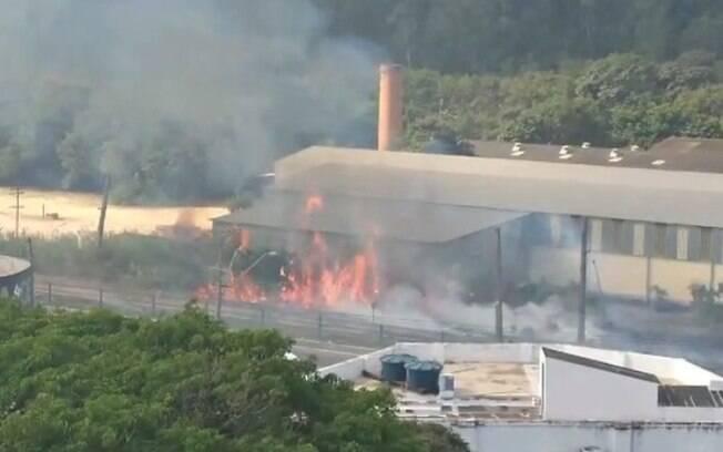 Incêndio atinge área da linha férrea em Valinhos