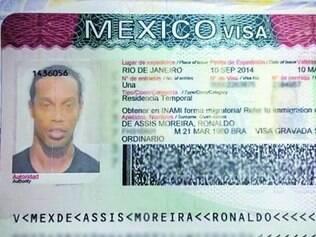 Entrada.Ronaldinho postou foto do visto necessário para trabalhar no México, ontem, em uma rede social