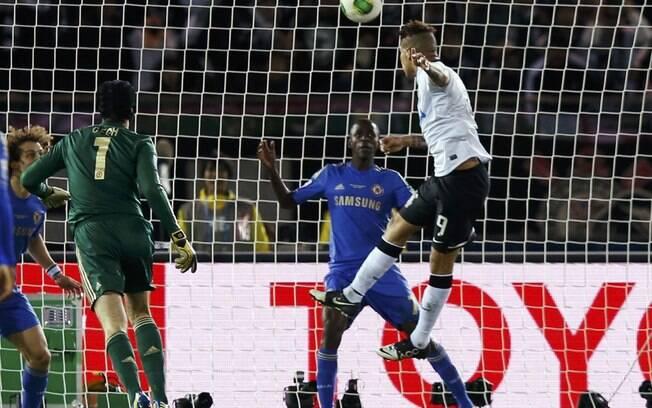 Guerrero sobe para marcar o gol do título do  Corinthians