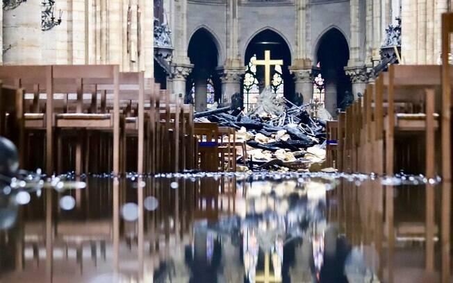 Foto divulgada por ministro francês mostra entulho no altar da Catedral de Notre-Dame