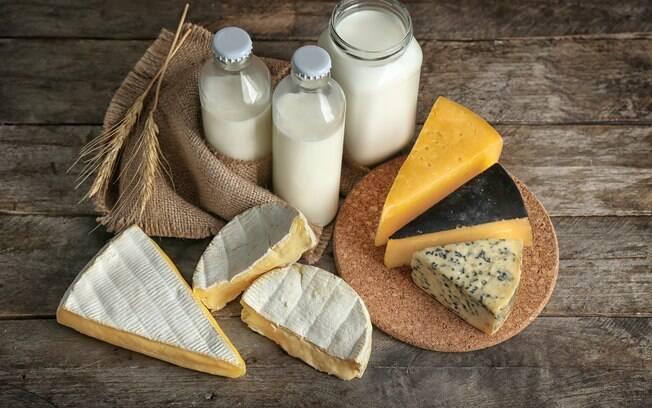 Os laticínios são a principal fonte de cálcio; para cada 1 ml de leite, há 1 mg do nutriente