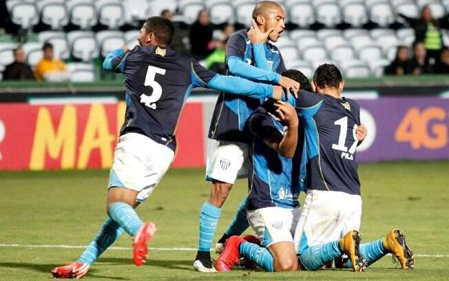 Jogadores do Avaí comemoram o gol que deu a vitória ao clube em Curitiba; jogadores do Coritiba reclamaram de toque de mão. Foto: Jamira Furlani/Avaí F.C.