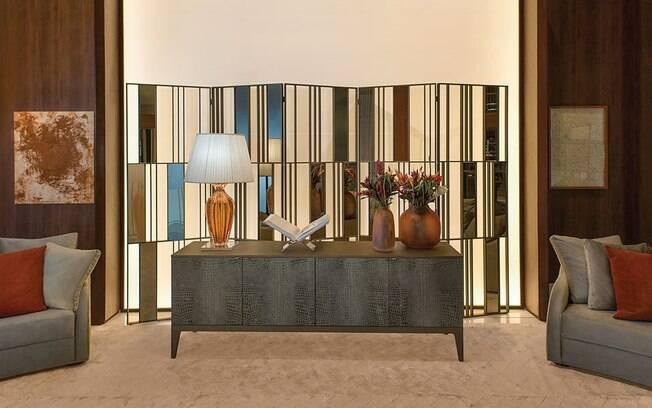 A decoração marcada por traços e cores fortes demonstra personalidade e lembra a interpretação de Meryl Streep