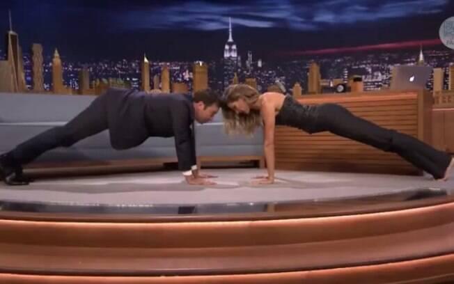 Gisele Bündchen ensina posição de ioga para Jimmy Fallon