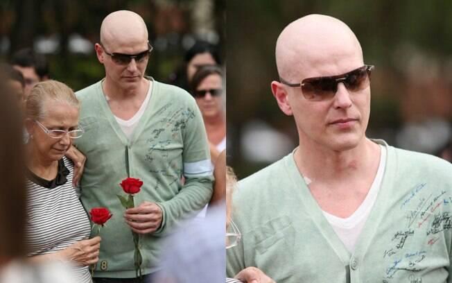 Muito emicionado, o ator acampanhou o sepultamento com óculos escuros e uma rosa vermelha nas mãos
