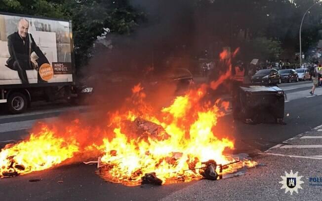Manifestantes atearam fogo em 20 carros e depredaram bancos e pequenos comércios em Hamburgo