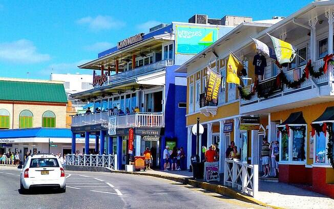 Devido à colonização inglesa, a cidade lembra um pouco a terra da rainha, mas sempre com um toque caribenho alegre