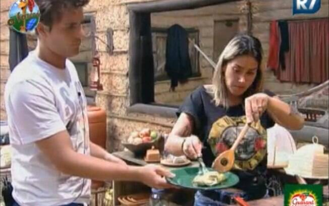 Dani Bolina serve Thiago Gagliasso na Roça