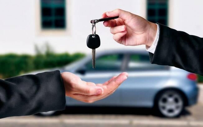 Para fazer um bom negócio ao comprar um carro usado é preciso ter uma série de cuidados