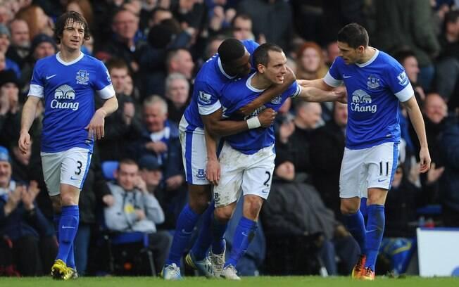 Jogadores do Everton comemoram gol na vitória  por 2 a 0 sobre o Manchester City