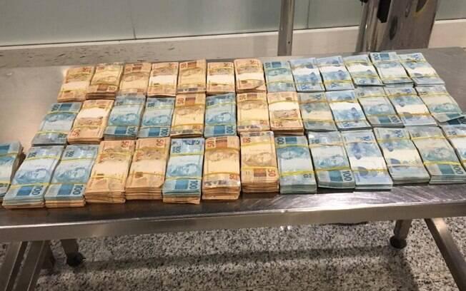 Passageiro levava R$ 360 mil em dinheiro na bagagem.