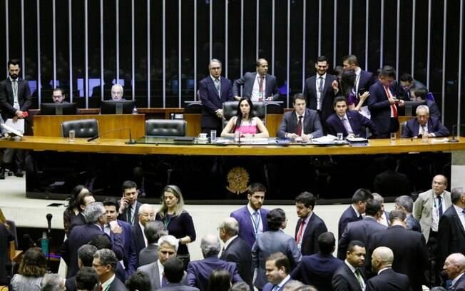 Deputados aprovam reforma administrativa de Bolsonaro e governo segue com apenas 22 ministérios