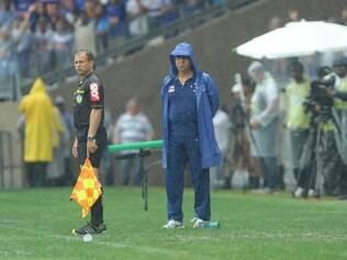 Marcelo Oliveira observa o Cruzeiro do banco de reservas