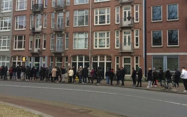 Holandeses fizeram fila durante o domingo para comprar maconha, antes que coffeshops fechassem por causa do novo coronavírus
