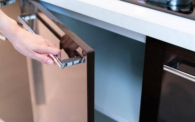 Uma das vantagens de adotar armários planejados nos cômodos da casa é trazer mais sofisticação e elegância aos espaços