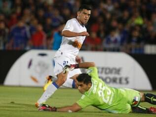 Brazil's Cruzeiro's Miguel Samudio watches his shot past Chile's Universidad de Chile's goalkeeper Jhonny Herrera at a Copa Libertadores soccer match in Santiago, Chile, Thursday, April 3, 2014. (AP Photo/Victor Ruiz Caballero)ta0401
