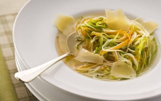 Foto da receita Caldo de galinha com espaguete de legumes pronta.