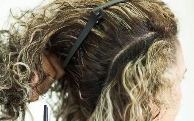Tenha em mão presilhas de cabelo para te ajudar durante o processo
