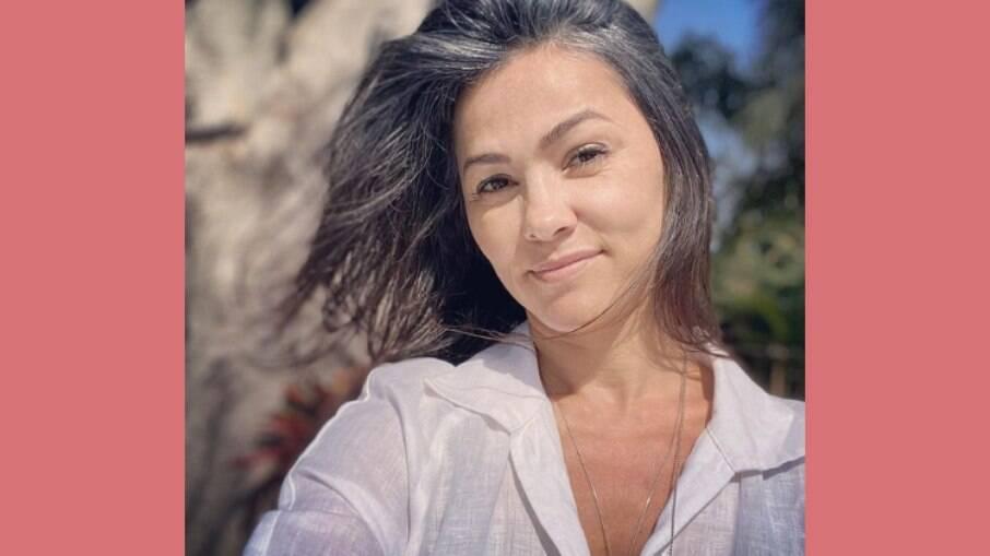 Suzana Alves postou selfie com os cabelos grisalhos
