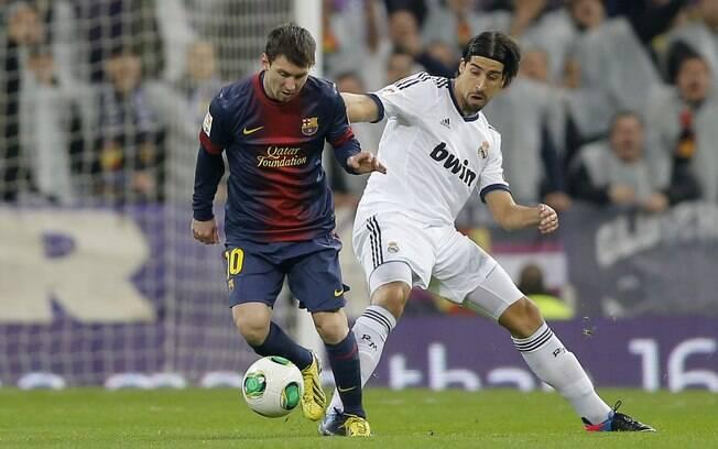 Khedira tenta roubar a cola de Messi