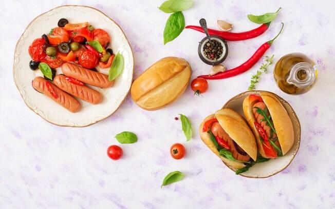 É possível deixar a receita de cachorro-quente mais nutritiva ao acrescentar legumes assados, e o melhor é que a combinação tomate e pimentão dá um sabor especial ao preparo – não fica como a receita original, mas ainda é gostoso
