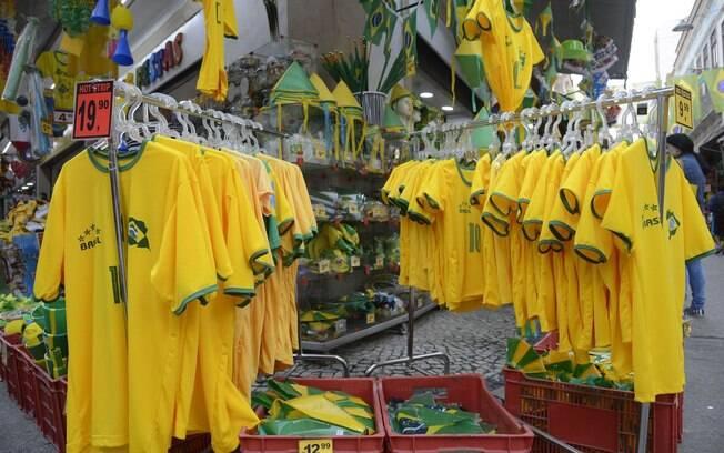 No Saara, comércio popular no centro do Rio, decorado com bandeiras do Brasil, para onde se olha, as lojas exibem as cores verde e amarelo da camisa da seleção