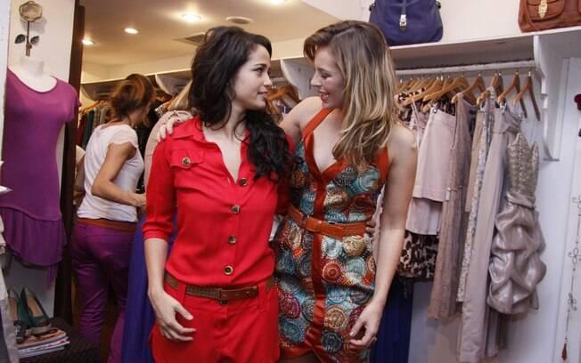 Nanda Costa e Paola Oliveira trocam figurinhas