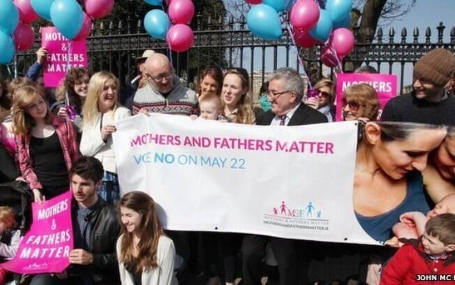 Homossexual assumido, Keith Mills (centro à esq.) diz que casamento deve ser entre homem e mulher