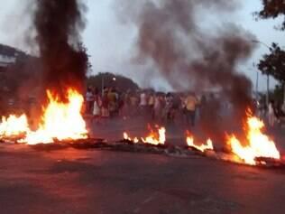 Manifestantes atearam fogo em madeiras e pneus para protestar