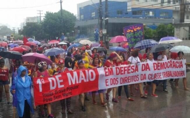 Sob chuva, manifestantes foram a ato pelo Dia do Trabalho em Recife, no ano passado; data é movimentada em todo o País