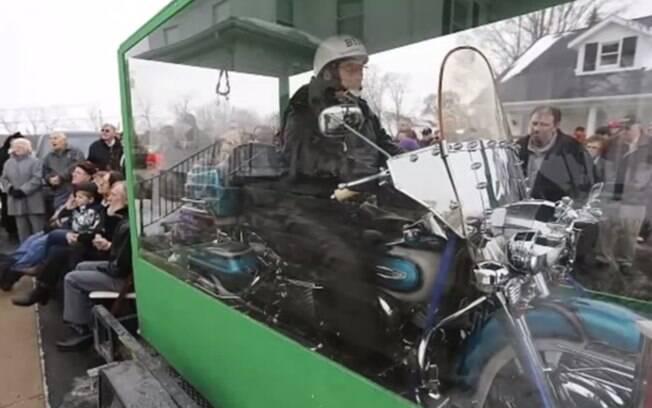 Motoqueiro, EUA: a família de Billy Standley cumpriu seu último desejo e o enterrou sobre sua amada Harley-Davidson em caixão de acrílico, em janeiro. Foto: Reprodução/Youtube