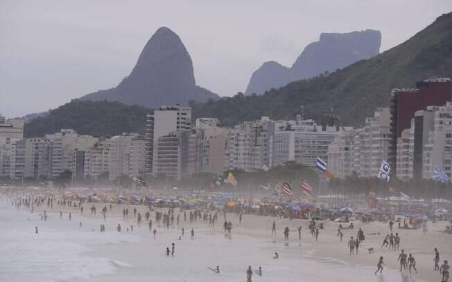 A decisão de permitir a permanência na praia, o aluguel de cadeiras e guarda-sóis e a venda de bebidas alcoólicas pelos ambulantes foi tomada na última terça-feira