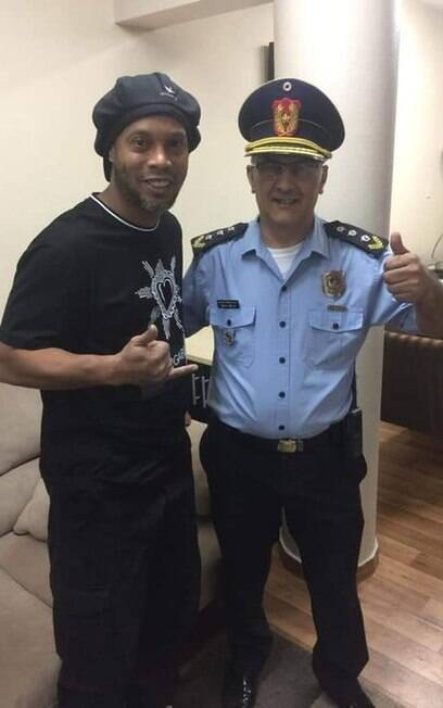 Ronaldinho Gaúcho posa com policial no Paraguai